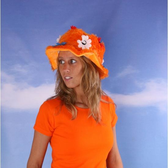 Oranje hoed met rood wit blauwe bloemen