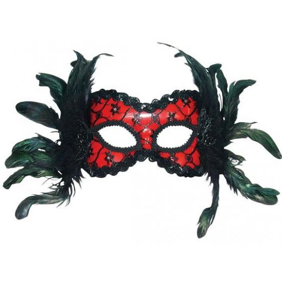Rood masker met zwarte veren
